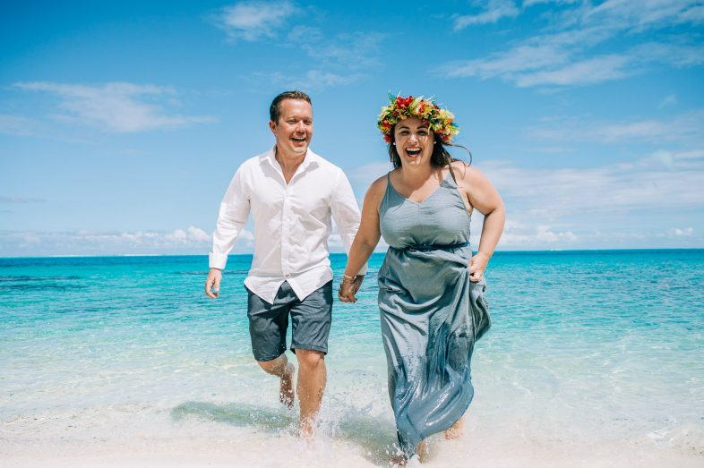 honeymoon couple photoshooting in bora bora